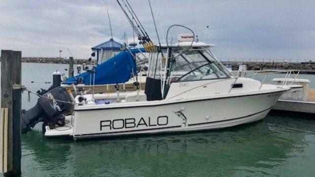 26' Robalo 2540 Walkaround 1997 floating port side