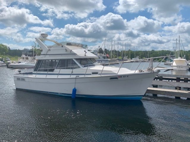 32' Bayliner 3218 1988 Starboard one