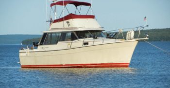 28' Bayliner 3270 Explorer 1981 Starboard at anchor