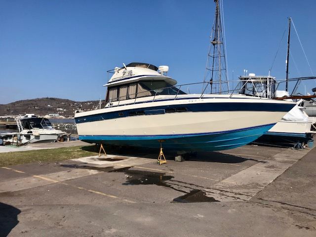 Chris Craft 333 Sedan 1985 Starboard One